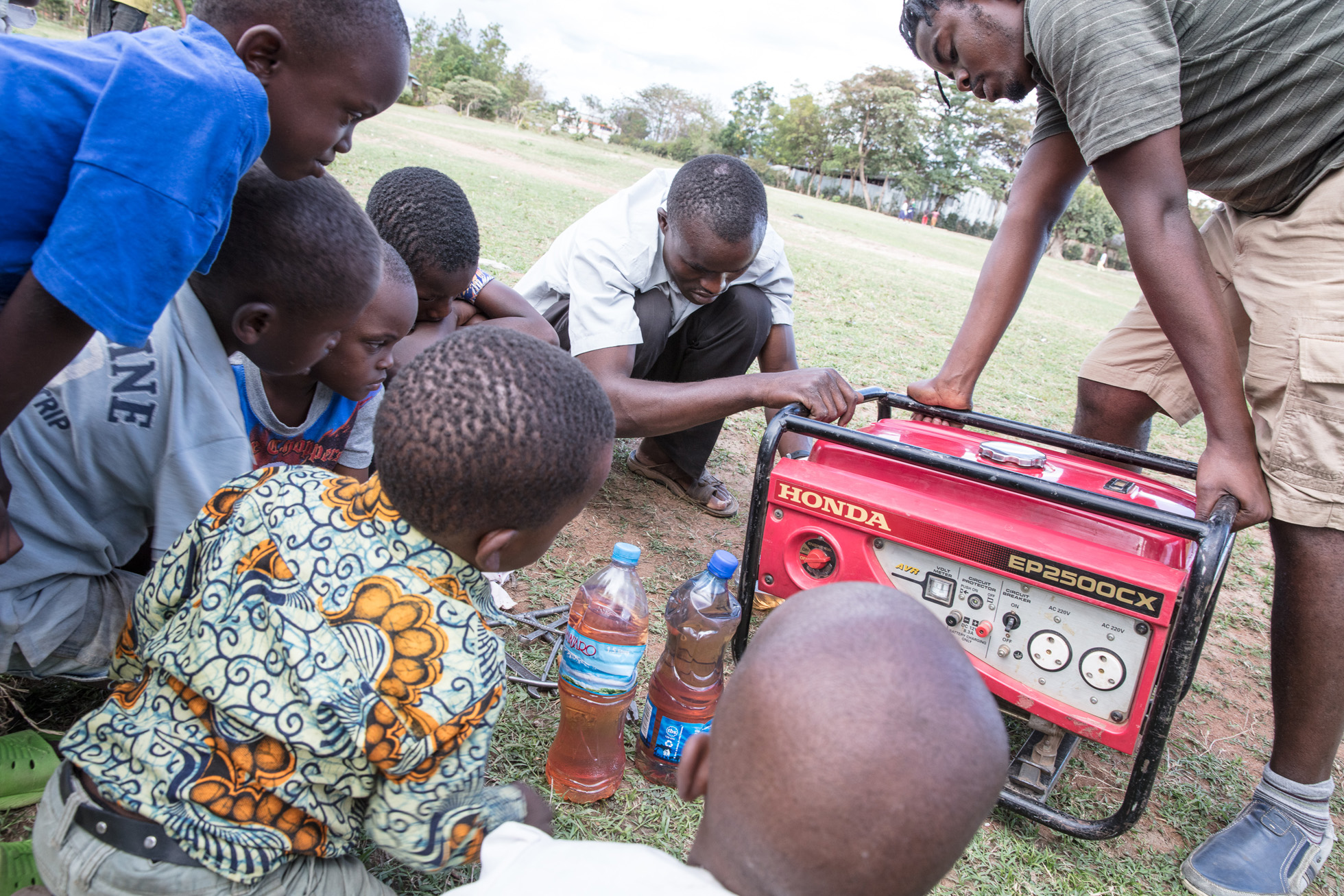 Even though his tools were quite simple, this mechanic fixed the generator without any major problem. A lot of the children in the neighbourhood were watching closely. Photo: Per Harald Olsen/AfricanBioServices